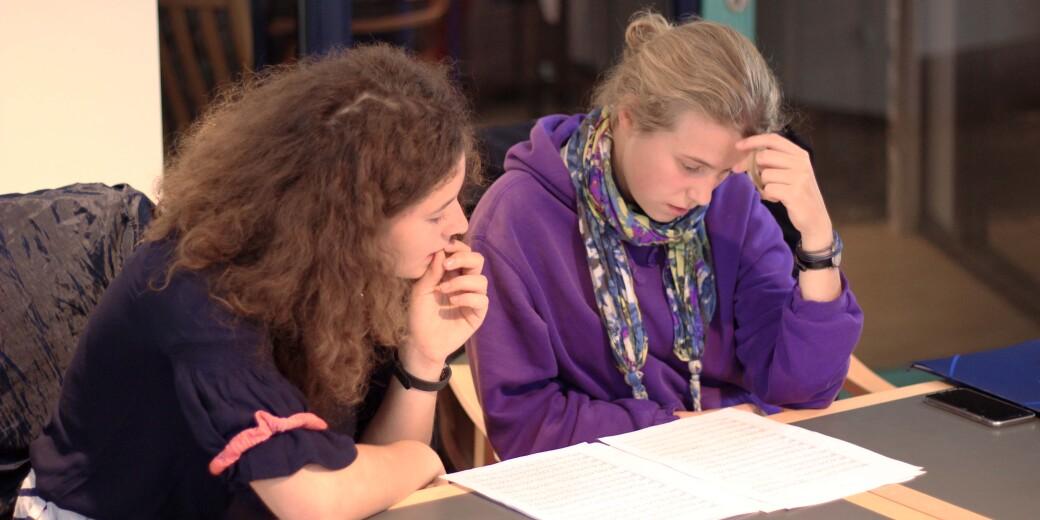 Sophia Mortarotti und Frieda Bültmann beim Proben der Soundmafia-Arrangements